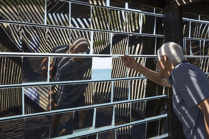 Использование зеркальных поверхностей в инсталляциях – излюбленный приём современных архитекторов и дизайнеров