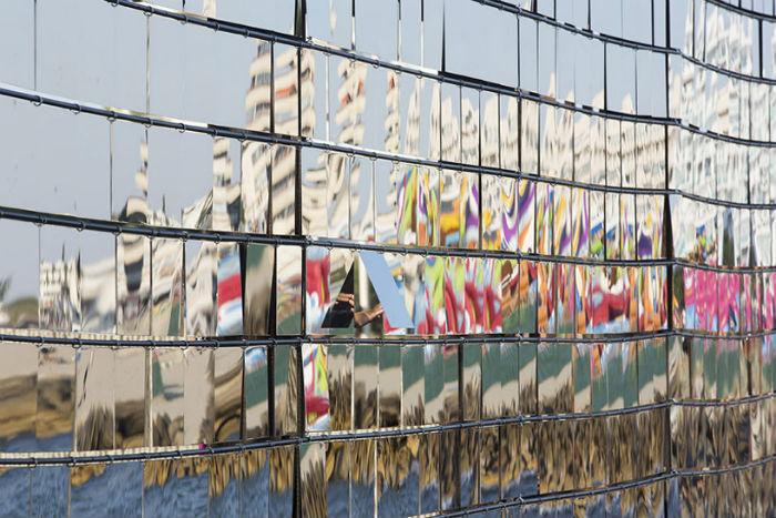 Инсталляция Breath box представляет собой небольшой павильон из дерева и металла, фасад которого состоит из трёхсот сорока пяти подвижных зеркальных пластин-модулей