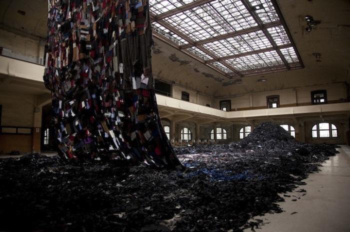 Гигантская пространственная установка, представляющая собой разноцветное полотно, создана из отходов текстильной промышленности