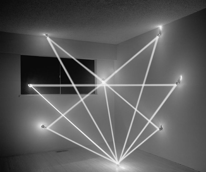 Монохромные фотографии фиксируют превращение тёмной комнаты в своего рода световые скульптуры