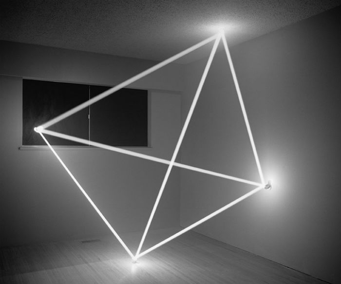 Фотохудожник умело управляет светом через прорези в стенах и потолке, а также с помощью небольших зеркал на шарнирах