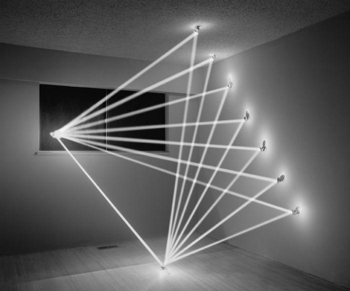 В качестве сцены для размещения световых скульптур Низам выбрал полузаброшенный дом