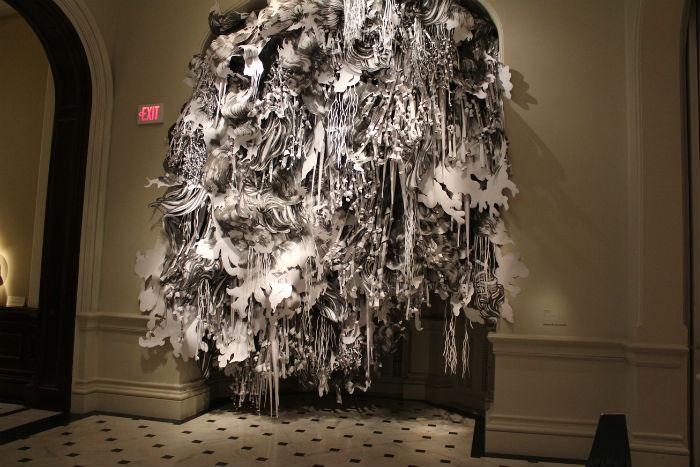 Американская художница Миа Перлман уже не первый год создаёт впечатляющие пространственные композиции из бумаги