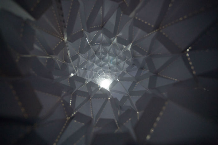 Поверхность конструкции разбита на треугольные сегменты, напоминающие структуру листа