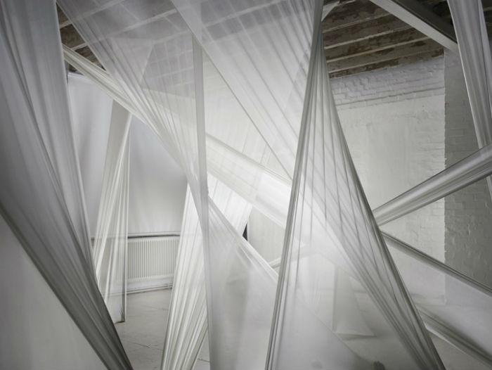 Любопытная деталь инсталляции – гипсовые слепки рук, которые, кажется, придерживают конструкцию снизу, обеспечивая необходимое натяжение
