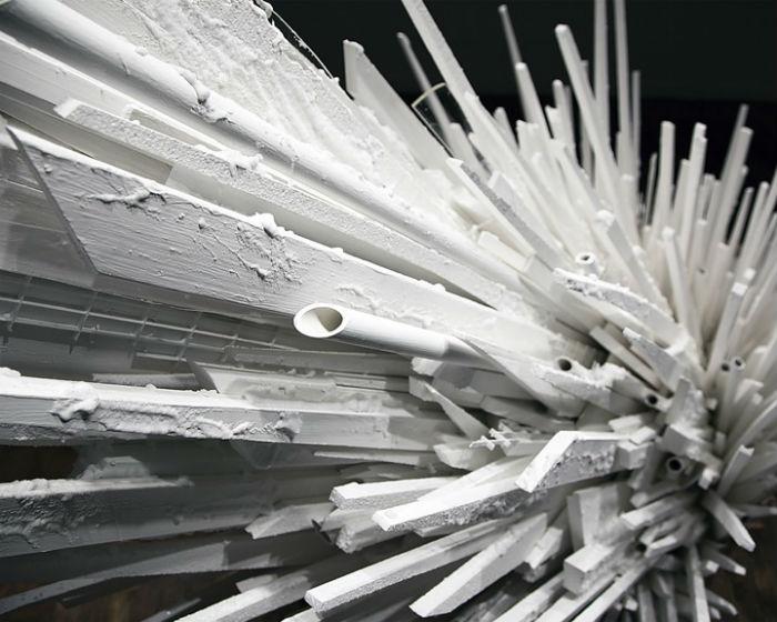 Устрашающего вида установка в виде кристалла соли сделана из дерева, пластика и полистирола