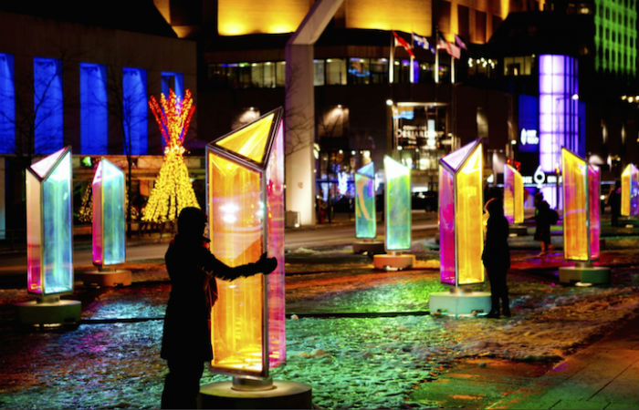 Световая инсталляция из пятидесяти вращающихся призм
