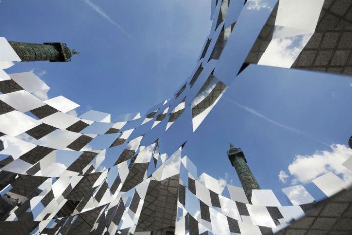 «Кольцо» или «Зеркальный куб» представляет собой зеркало цилиндрической формы, высотой четыре метра