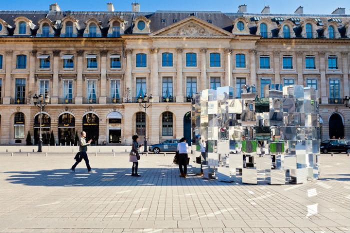 Помимо влияния на сознание зрителя, инсталляция причудливым образом влияет и на окружающее пространство