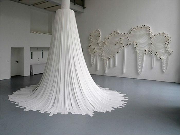 Инсталляция, сделанная при помощи рулонов туалетной бумаги