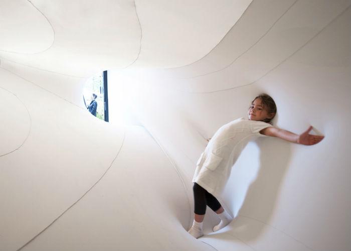 Инсталляция интерактивна: посетителям предлагается зайти внутрь тоннеля и оценить изобретательность автора