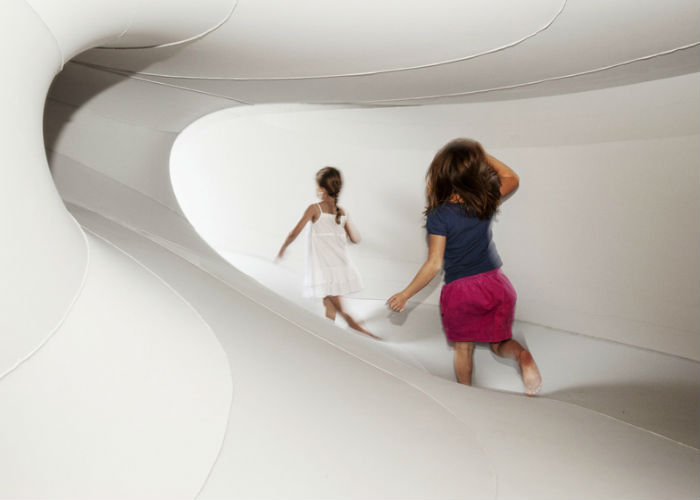 Архитектор и художница София Чанг (Sophia Chang) придумала и воплотила в жизнь идею лабиринта из ткани Suspense («Ожидание»)