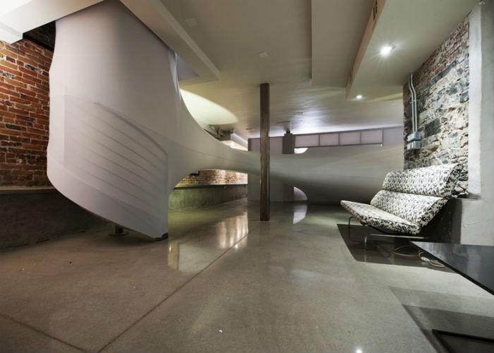 Инсталляция, напоминающая огромный кокон, представляет собой сеть разветвлённых тоннелей, проходящих через галерейные залы