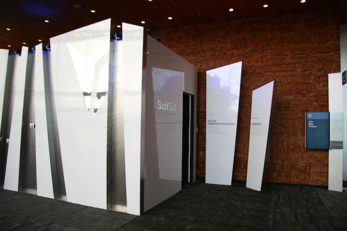 Для погружения в иллюзорный мир гостям было предложено войти в павильон с пятьюдесятью мониторами на потолке, зеркальными стенами и светоотражающим полом