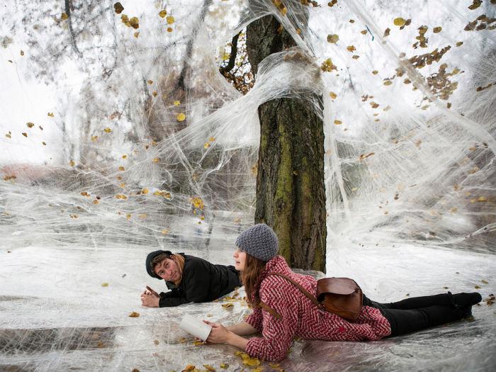 Современный коллектив «Numen/For Use» знаменит своими необычными инсталляциями из подручных материалов