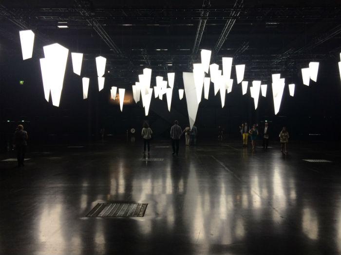 Целью художника было проследить возможности взаимодействия между арт-объектами, представленными в галерее, и посетителями выставки