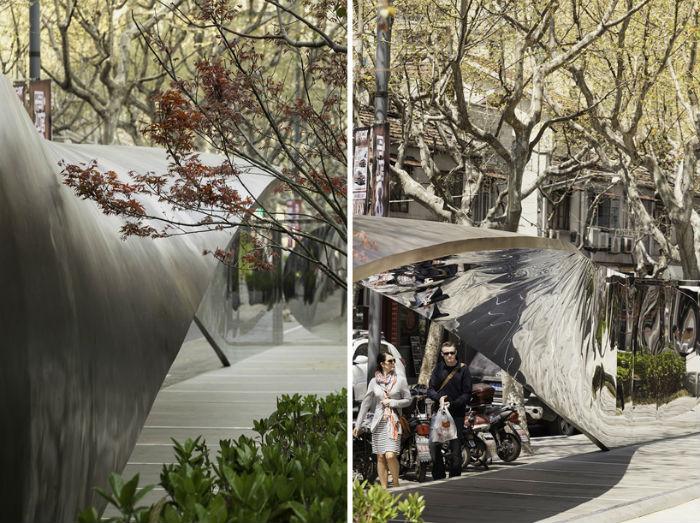 О культуре потребления: инсталляция у входа в торговый центр в Шанхае