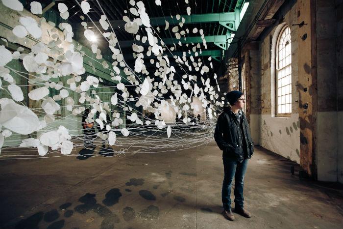 Художница объединила тысячи листов бумаги в оригинальную летящую композицию