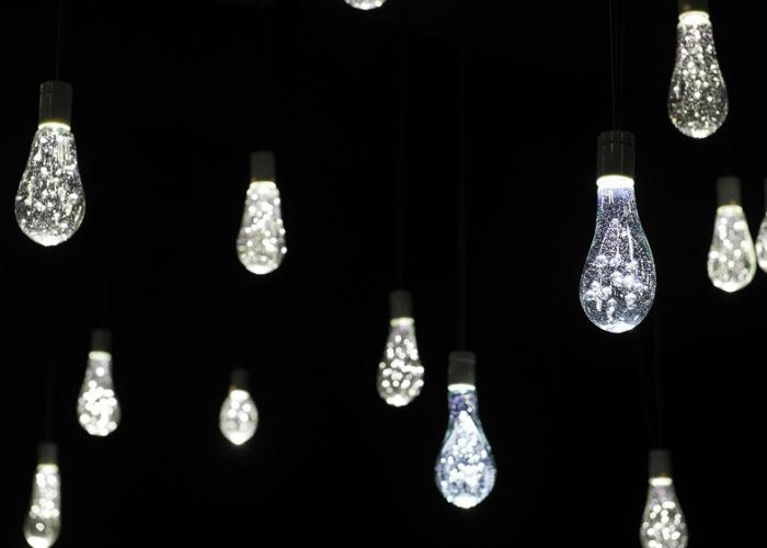 Каждая лампочка делалась вручную с использованием вторсырья - стёкол перегоревших люминесцентных ламп