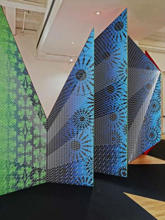 Установленная при входе, инсталляция была призвана формировать у посетителей первое впечатление от выставки