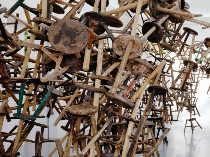 Конструкция представляет собой единый «организм», состоящий из 886 традиционных китайских табуретов, сделанных вручную
