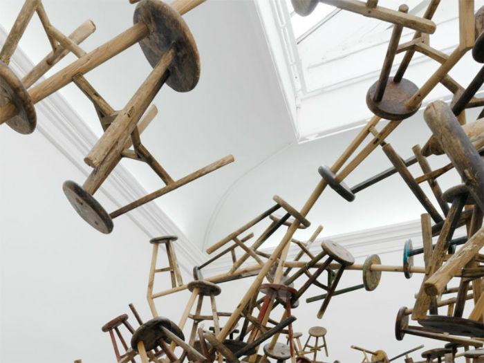 Табурет, как составляющая большой структурной композиции, читается как метафора взаимоотношений человека с всеохватывающей системой в постмодернистском мире