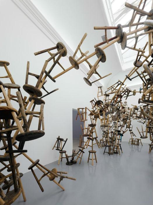 Инсталляция из деревянных табуретов, созданная для Венецианской биеннале в 2013 году