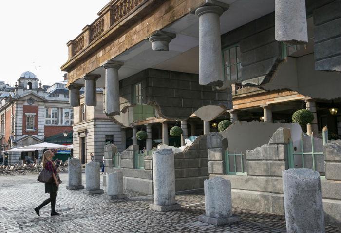 На этот раз объектом для творческих экспериментов художник выбрал одно из старейших сооружений  Лондона – рынок Ковент- Гарден
