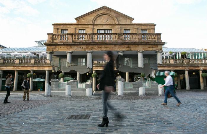 Историческое сооружение было «рассечено» поперёк, а верхняя часть фасада и вовсе оказалась «подвешенной» в воздухе