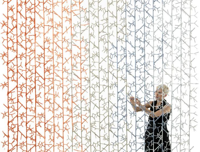 Древовидную инсталляцию Amass из разноцветных модулей представили на выставке в Лондоне