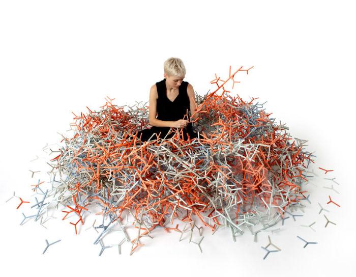 Для экспозиции в Лондоне художник подготовил 46 000 структурных элементов, которые были закреплены наподобие прозрачного визуального барьера в одном из выставочных павильонов