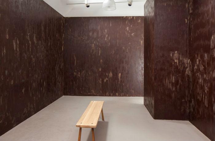 Новый проект художницы Stroke (Штрих) представляет собой комнату, стены которой густо покрыты тёмным шоколадом
