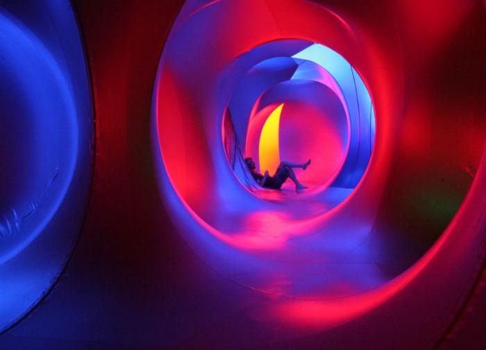 Luminarium – это гигантский надувной лабиринт с извилистыми ходами и помпезными куполами