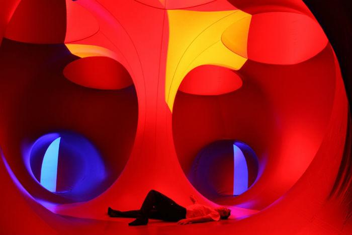 Cтены Люминариума выкрашены специальной светочувствительной краской, которая меняет цвет в зависимости от внутренней освещённости помещения и погодных условий снаружи