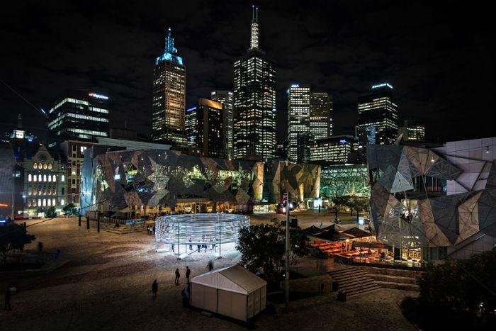 Radian lines («Светящиеся линии») - световой интерактивный перфоманс в центре Мельбурна