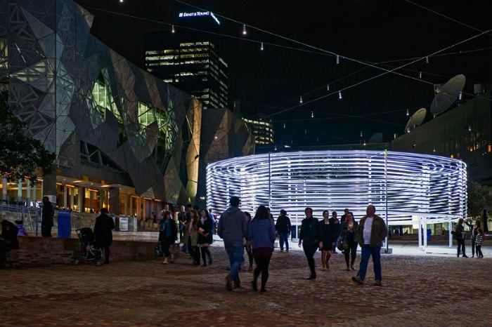 Круговая структура, сконструированная из сорока алюминиевых колец, была установлена в центральной части Мельбурна на площади Федерации (англ. Federation Square)
