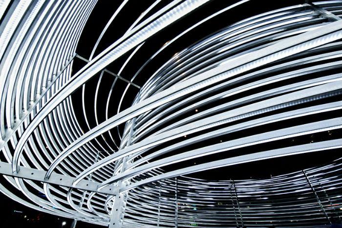 Вечером, когда включается вся встроенная иллюминация, скульптура становится в полной мере интерактивной