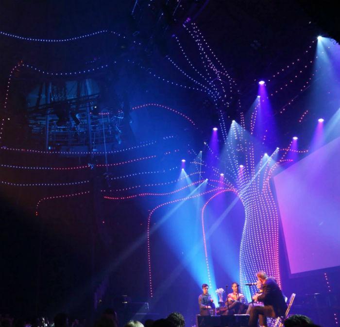 Специально для  серии музыкальных выступлений в лондонском концертном зале The Roundhouse, студией дизайна Atmos studio был подготовлен проект Arboreal lightning
