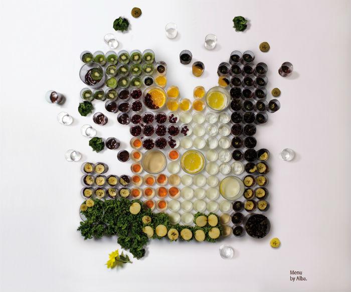 «El Banquete» представляет собой уложенные рядами фрукты, овощи и разновеликие ёмкости – стопки и стаканы, наполненные съедобным содержимым