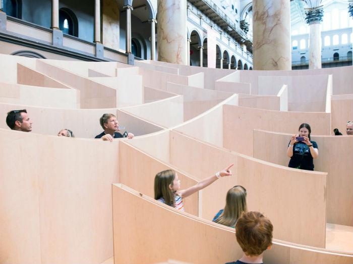 Расположенный в западной части главного зала музея, лабиринт представляет собой невысокую  конструкцию, собранную из берёзовых панелей