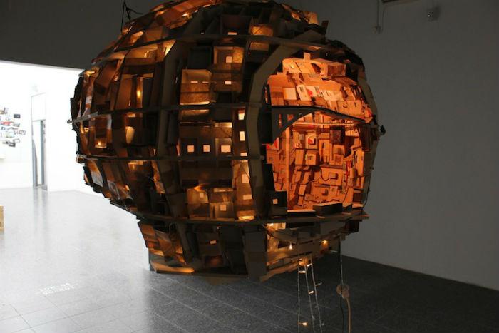 Инсталляция «The brain/city project» полностью собрана из подручных материалов