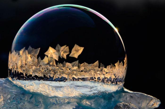 Причудливый кристаллический рисунок внутри мыльных пузырей