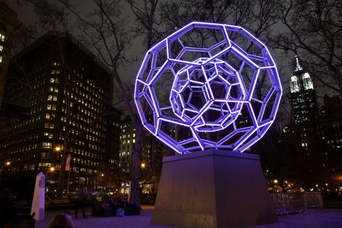 Светящаяся инсталляция «Buckyball» («Букибол») в Мэдисон-сквер на Манхэттене