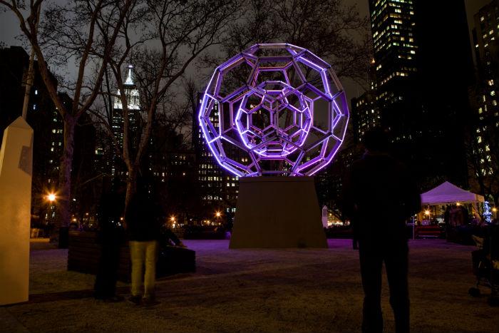 Нью-йоркский дизайнер и скульптор Лео Виллареаль создал впечатляющую монументальную скульптуру в виде светящейся сферы