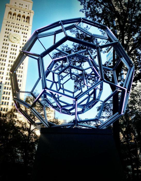 Девятиметровая инсталляция Виллареаля  названа  «Buckyball» («Букибол»)