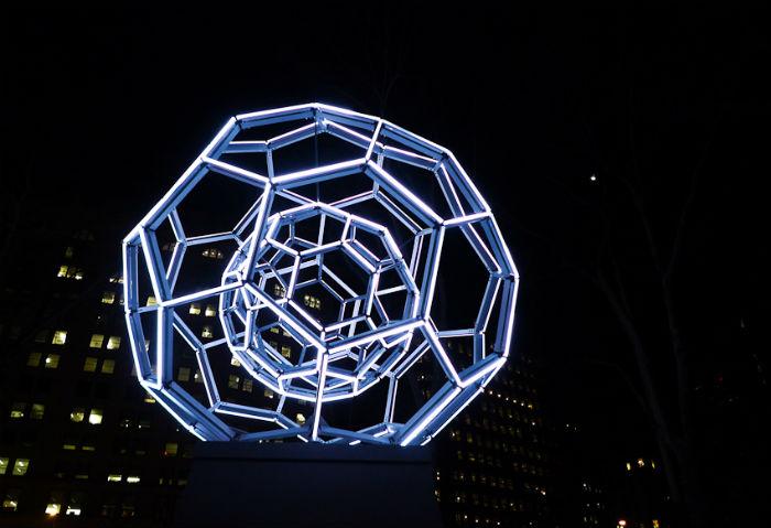 Скульптура Виллареаля состоит из двух огромных сфер в форме молекулы углерода, при этом одна из сфер помещена внутрь другой