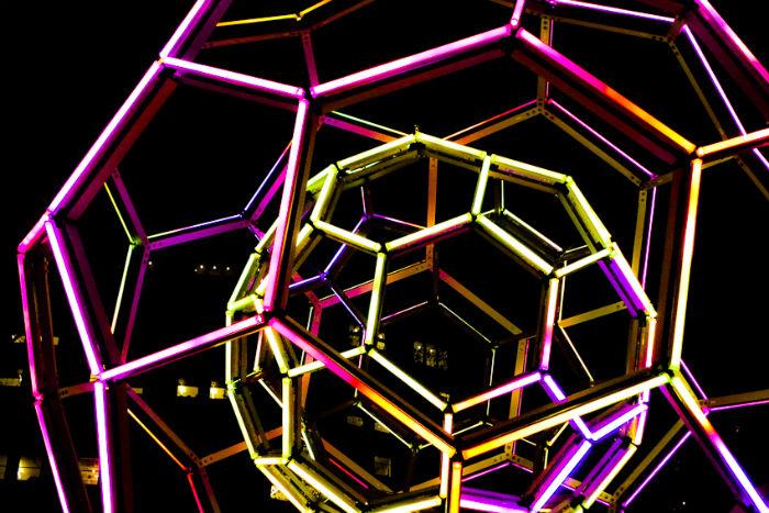 Впечатляющая светящаяся инсталляция в виде сферы от американского скульптора