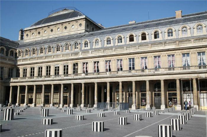 Инсталляция, представляющая собой 260 разновеликих колонн, находится на площади Пале-Рояль