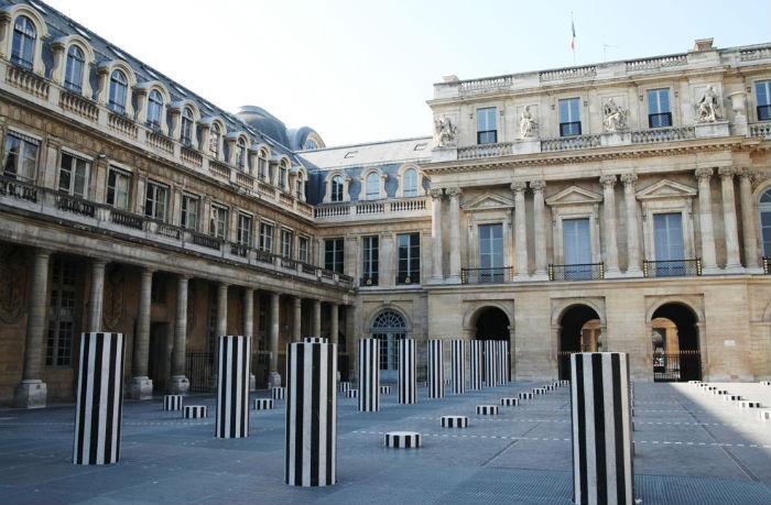 Каждая колонна была облицована перемежающимися черными и белыми мраморными планками в лучших традициях мастера