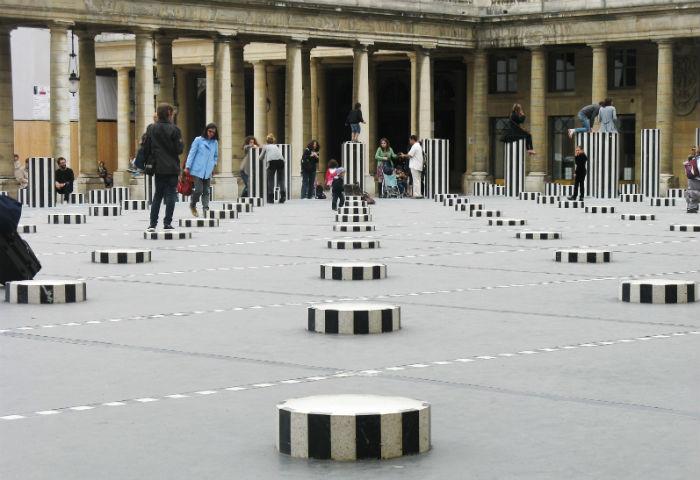 Неоднозначная инсталляция от классика: 260 разновеликих колонн в Париже